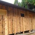 焼杉の板が張られた外壁
